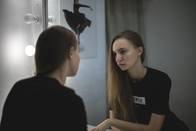 woman-looking-mirror